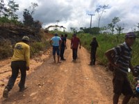 Vereadores visitam obra de recuperação da estrada do PA Amajarí